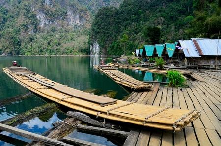 Bamboe vlot met motor op Ratchaprapa dam, Thailand