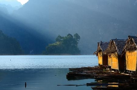 Hutten en de reflectie op Ratchaprapa dam, Thailand