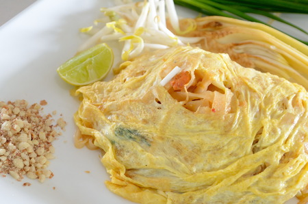 Pad Thai verpakt met gebakken ei, een beroemde voedsel van Thailand Stockfoto