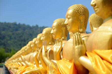 Gouden boeddhistische heilige standbeelden op Boeddha Memorial park Stockfoto