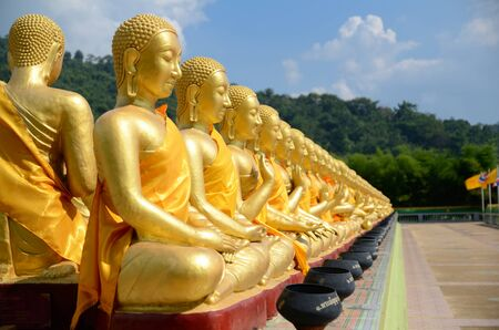Gouden Boeddhistische heilige beelden op Buddha Memorial park Stockfoto