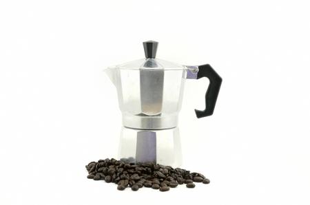 Koffiezetapparaat met koffieboon die met witte achtergrond wordt geïsoleerd