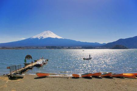 Boten op Kawaguchiko-meer met Fuji Mountain-achtergrond.