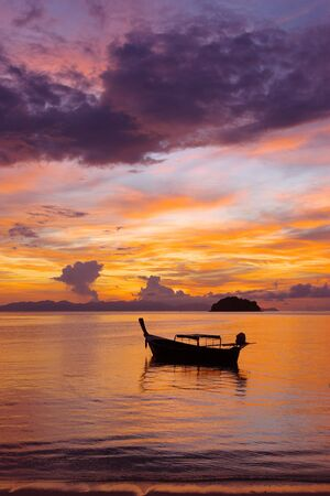 Boot op Sunrise Beach op Koh Lipe, Thailand Stockfoto - 44185700