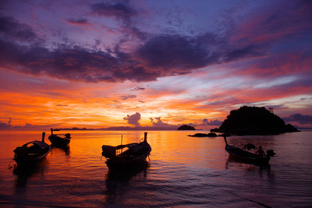 Boten op Sunrise Beach op Koh Lipe, Thailand Stockfoto