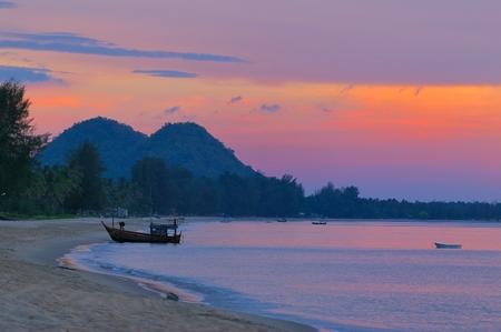 Boot op het strand bij zonsopgang Stockfoto