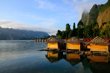 Hutten en de relection bij Ratchaprapa dam, Thailand