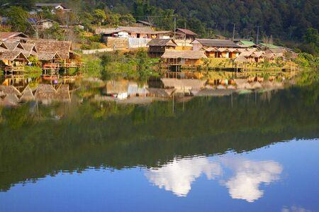 Dorp met reflectie op de rivier
