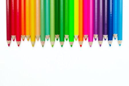 Zigzag-kleurpotloden geïsoleerd op een witte achtergrond