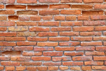 Gebarsten versleten rode bakstenen muur