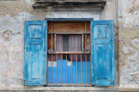 Een oud open raam