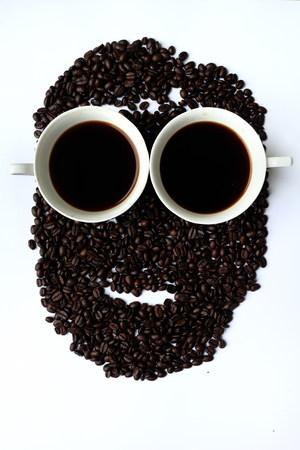 Twee koppen zwarte koffie met man gezicht