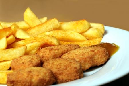 nuggets de poulet: nuggets de poulet avec des frites fran�aises