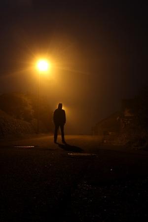 밤에 사람의 그림자