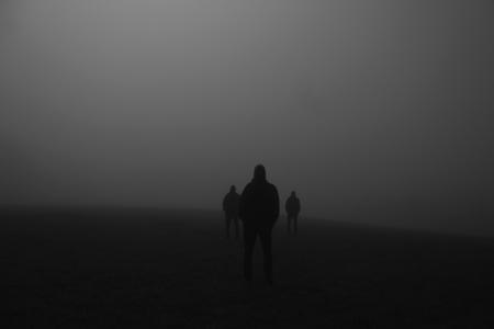 schaduw van een groep mensen op een weide in de nacht
