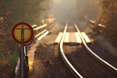 no trespassing: ninguna se�al invadiendo las v�as del ferrocarril alem�n Foto de archivo