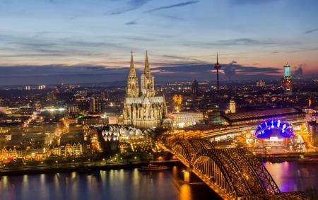 Cologne Stadtbild bei Nacht Standard-Bild - 17326767