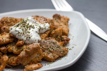 sandwiche: gyros con tzatziki su un piatto