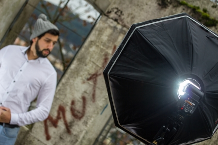 bärtiger mann: b�rtiger Mann mit Fotoblitzger�t Lizenzfreie Bilder