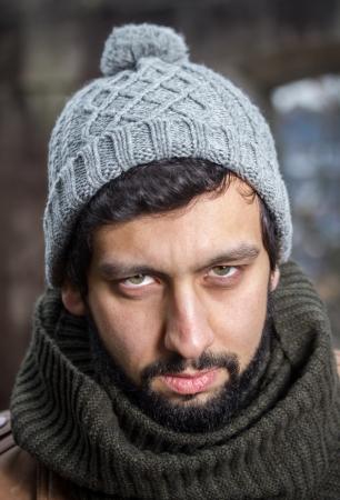 hombre con barba: hombre enojado con barba mirando Foto de archivo