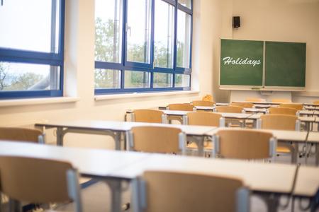 leeg klaslokaal met vakantie letters Stockfoto
