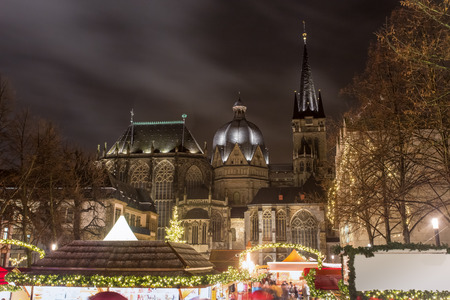 dom: Aachener Dom la nuit avec march� de No�l Banque d'images
