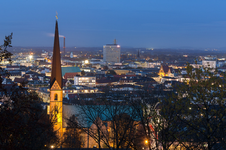 Bielefeld Duitsland stadsgezicht in de avond Stockfoto - 67018451