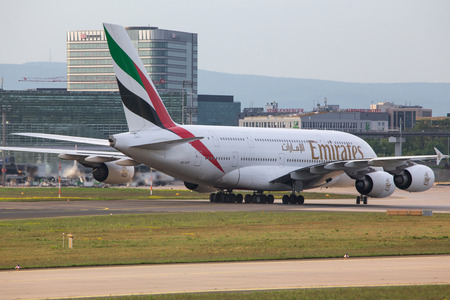 frankfurt, hessegermany - 29 04 18: emirates airlines airplane at frankfurt airport germany 報道画像