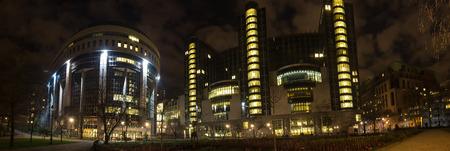 european parliament brussels belgium at night high definition panorama Stockfoto