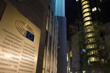 european parliament brussels belgium at night language sign Stockfoto