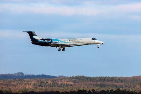 jet de negocios aterrizando en un aeropuerto