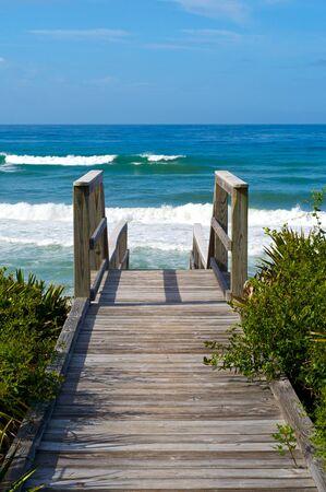 Ocean access boardwalk to Florida Beach, vertical format. Banque d'images