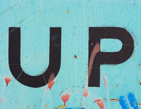 Les lettres U et P, ou jusqu'à, peintes sur le côté d'une voiture de train. Banque d'images - 44310702