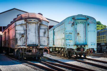Two old train cars on rusty train tracks. Banque d'images