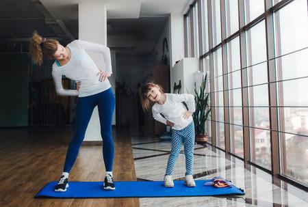 매력적인 가족은 체육관에서 시간을 보낸다. 스톡 콘텐츠
