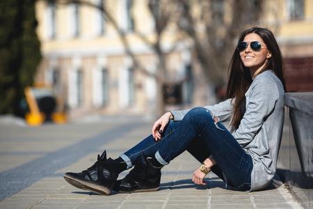 estilo urbano: joven posando sobre un fondo de la ciudad