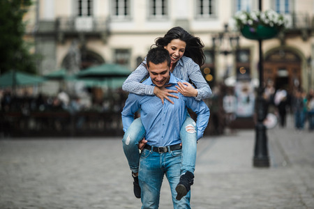hermosa pareja divertirse y caminando en la gran ciudad