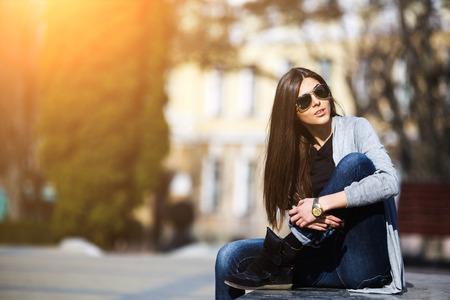 jong meisje poseren op een achtergrond van de stad
