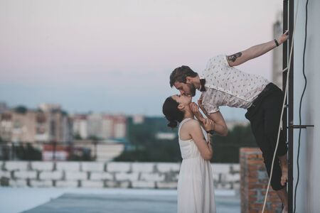 beautiful couple together on the roof of a tall building Banque d'images