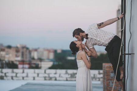 parejas jovenes: bella pareja juntos en el tejado de un edificio alto