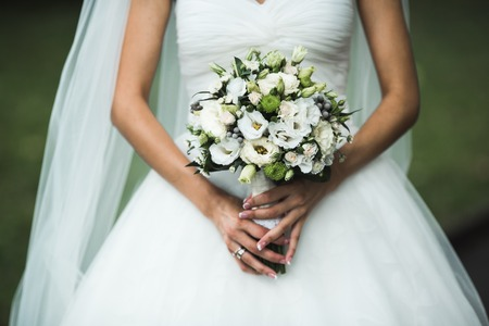 花嫁の手に非常に美しいウェディング ブーケ 写真素材