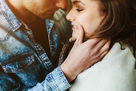 donna innamorata: Coppia giovane innamorato avvolta in plaid in piedi e guardando a vicenda