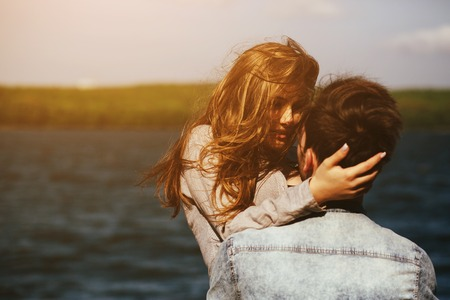 красивая пара весело на берегу озера