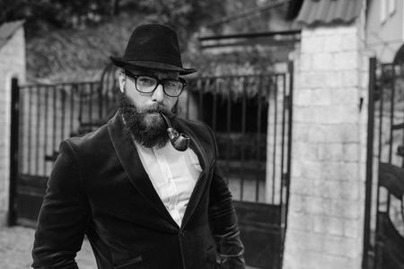 rich man: Un hombre rico con una barba, pensando en los negocios