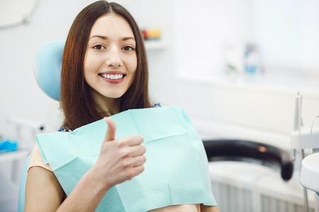 dientes sanos: niña sentada en una silla en el dentista Foto de archivo