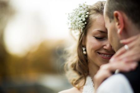 parejas romanticas: hermosa pareja disfrutando abrazo de uno al otro y sonriendo con ternura