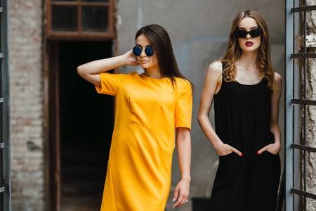 fashion: Deux belles jeunes filles posant dans le contexte d'un bâtiment abandonné Banque d'images