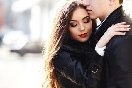 優しく抱き合って美しい若いカップル