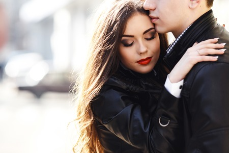 아름 다운 젊은 부부 부드러운 서로 포용