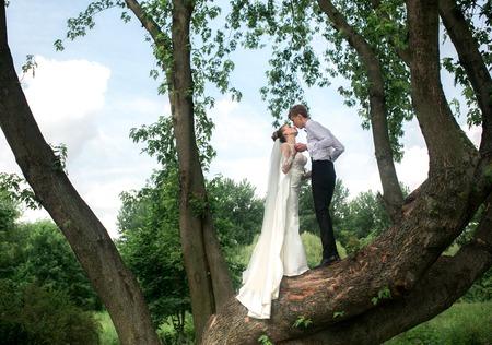 pareja de adolescentes: hermosa pareja pasa un momento de diversi�n en el parque Foto de archivo